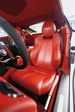 Aston Martin V12 Vantage S, Driver's seat