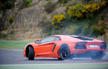 Lamborghini Aventador LP 700-4, Seitenansicht, Rennstrecke, qualmende Reifen, Kurvenfahrt