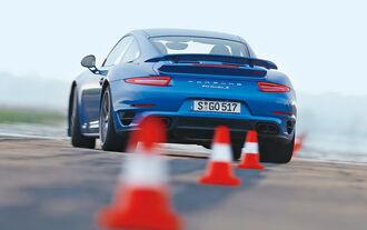 Porsche 911 Turbo S, Heckansicht, Slalom