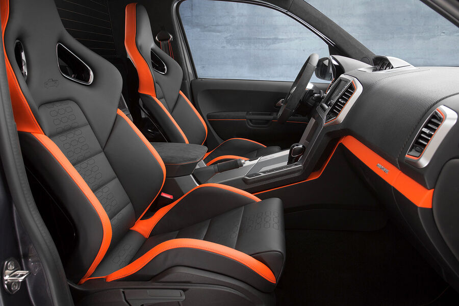 Чёрно-оранжевый салон VW Amarok Power 2014 года
